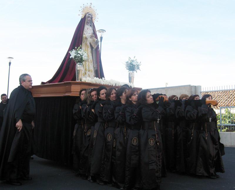 Nuestras portadoras con la Virgen del Rosario.