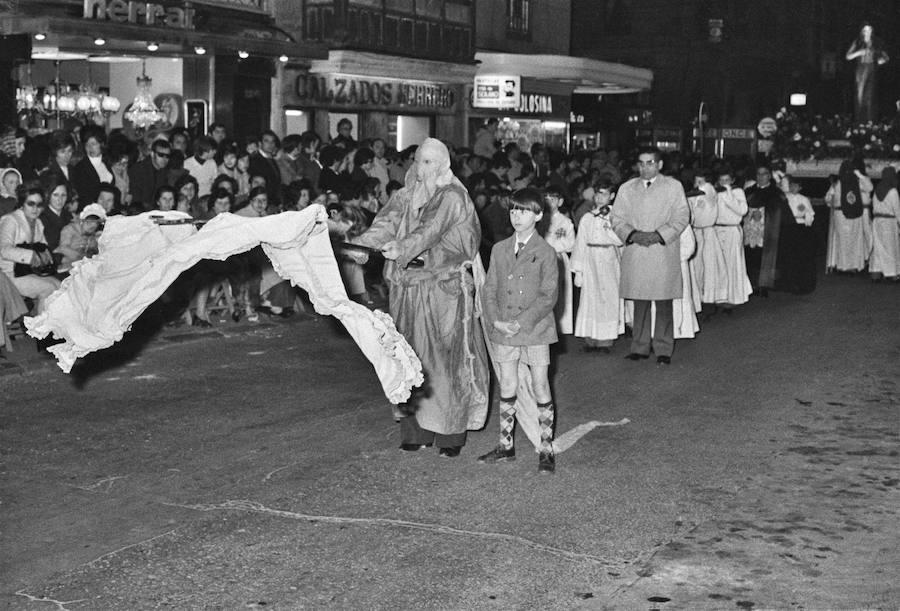 Procesión en la calle General Mola. Teo Martínez, 1970 (Archivo Foto Teo)