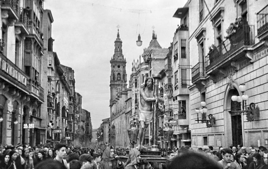Cristo atado a la columna en la calle de la República (actual Portales). Julián Loyola, 1935. (Archivo Casa de la Imagen- Logroño)